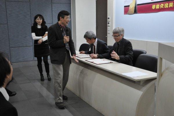 10-進行簽約儀式-主任介紹契約內容.JPG
