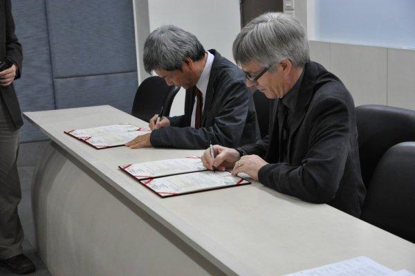 11-進行簽約2.JPG