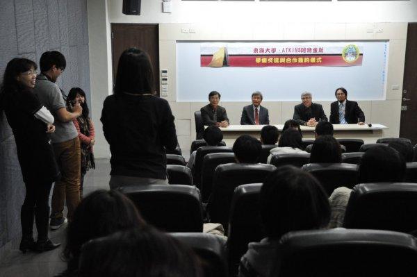 12-與系師生進行座談-學生發問.JPG