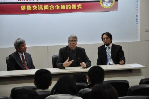 12-與系師生進行座談3.JPG