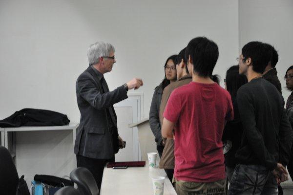 14-會後Clive Horsman與學生交流意見2.JPG