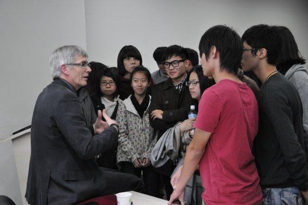 14-會後Clive Horsman與學生交流意見3.JPG