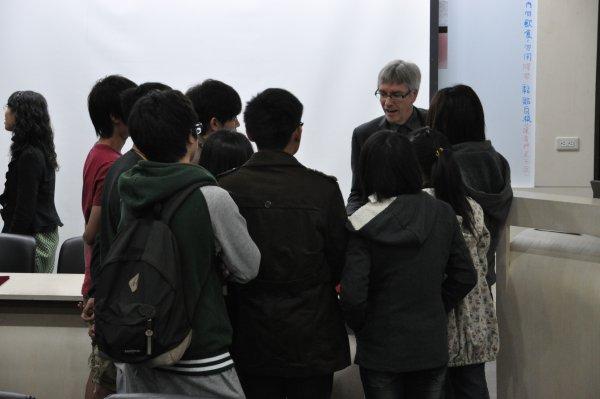 14-會後Clive Horsman與學生交流意見.JPG