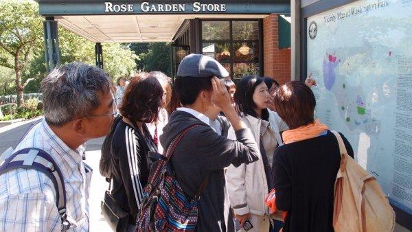 淑美老師與文冠老師在ROSE GARDEN的講解.JPG
