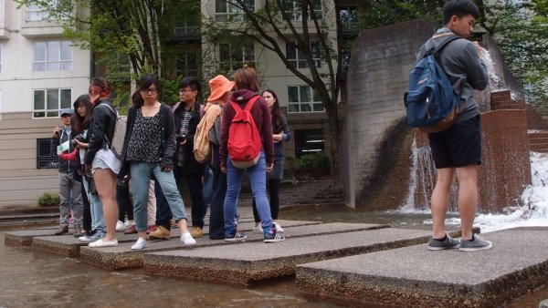 淑美老師在勞倫斯哈普林公園的講解.JPG