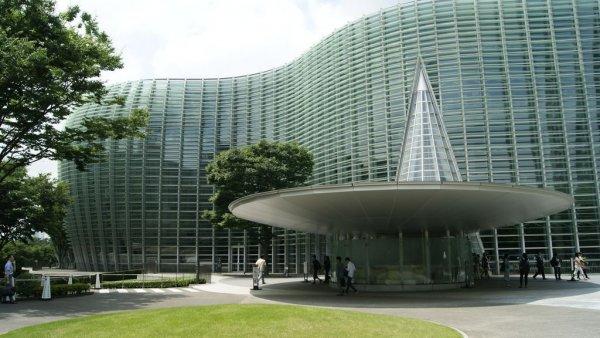 新國立美術館_建築師黑川紀章設計_概念為森林中的美術館_美術館外觀全部使用玻璃的建築形式,有許多栽種植物的庭園包圍美術館.JPG
