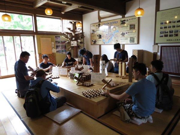 學生於飛驒古川町匠文化館體驗木作構法.JPG